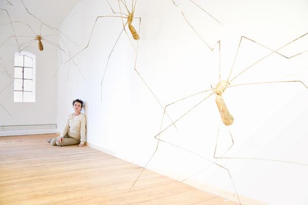 Lili Fischer inmitten ihrer Installation im Speicherblock V.