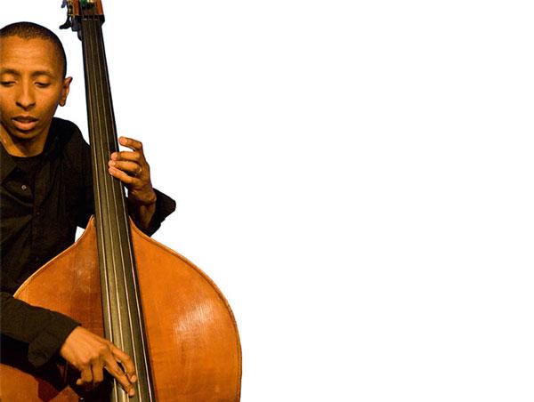 Jazz in der HafenCity, etwa das Tingvall Trio in der Austernbar im Kaispeicher B (hier Bassist Omar B. Calvo).