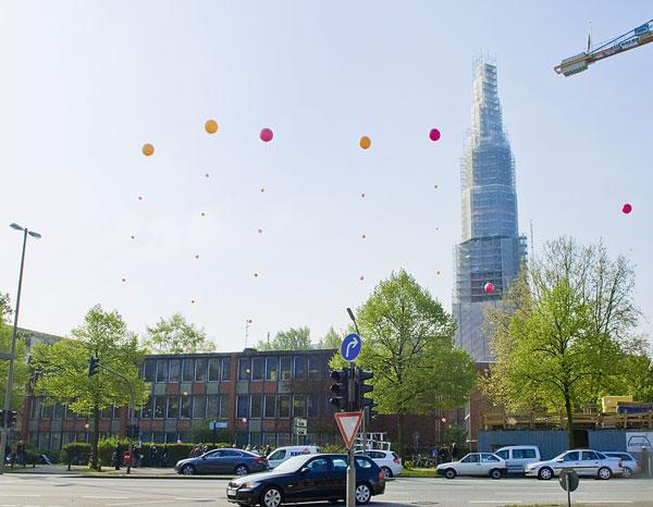 Vor der Katharinenkirche ist ein Neubau geplant. Die Luftballons zeigen die Höhe an, die das geplante Gebäude haben wird. Die Kirche wird dann fast vollständig aus dem Stadtbild verschwunden sein. (4)