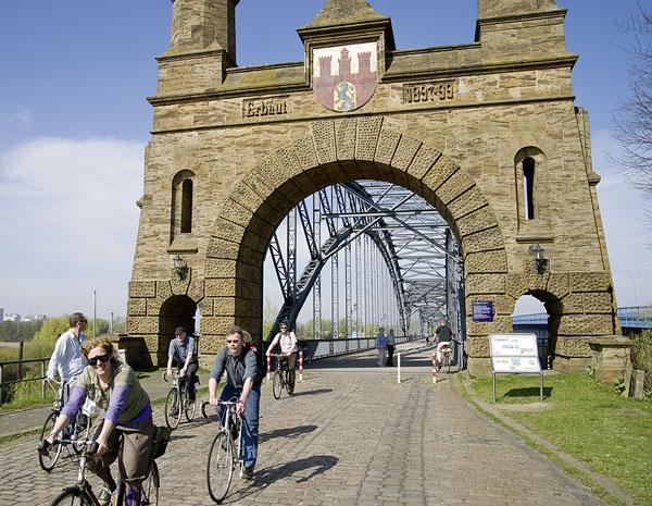 Nicht nur die Internationale Bauausstellung (IBA) wünscht sich eine Anbindung von Wilhelmsburg an die City für Fahrradfahrer und Fußgänger. (5)