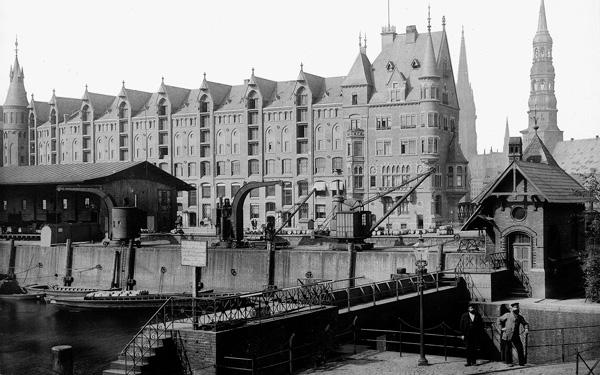 Das östliche Ende des Sandtorhafens mit der Brooktorschleuse, dem Sandtorkai und Block O der Speicherstadt (Aufnahme um 1888) (3)