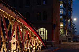 Die filigrane Konstruktion der Brückenbögen in der Speicherstadt wird durch eine Beleuchtung von unten akzentuiert. (2)