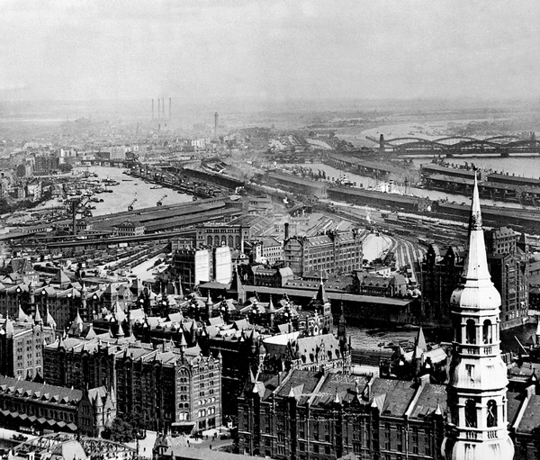 Bis zum Bau des Hauptbahnhofs war der Hannoversche Bahnhof der bedeutendste Bahnhof Hamburgs. Das imposante Hauptportal (oben, ca. 1900) mit überdachten Bahnsteigen ist auf dem Bild aus den Dreißiger Jahren (Bildmitte links) deutlich zu erkennen.