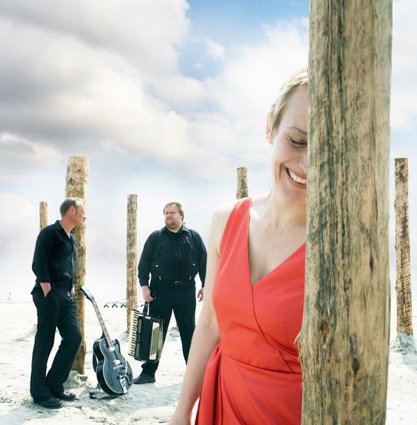 Hafennacht eV (von links): Erk Braren (Gitarre), Heiko Quisrorf (Akkordeon), Uschi Wittich (Gesang) (1)
