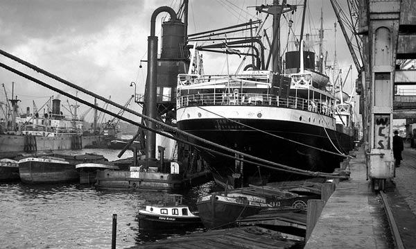 Die niederländische TABINTA liegt mit einem Getreideheber im Rosshafen (1951).