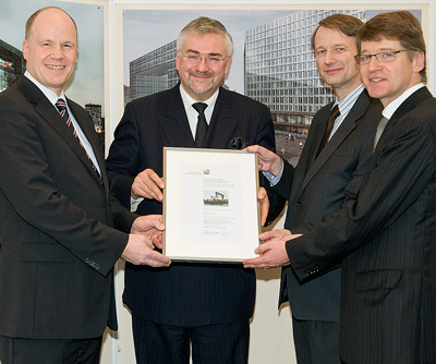 Als erster privater Bauherr erwirbt die Robert Vogel GmbH das Umweltzeichen der HafenCity Hamburg GmbH in Gold: (v.l.) Jens Nietner (Robert Vogel GmbH und Co. KG), Jürgen Bruns-Berentelg (HafenCity Hamburg GmbH), Ferdinand Räthling (Spiegel-Verlag), Giselher Schulz-Berndt (HafenCity Hamburg GmbH).