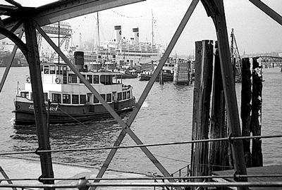 Blick von der Überseebrücke auf die ITALIA mit der Hadag-Fähre Neumayer (1952).