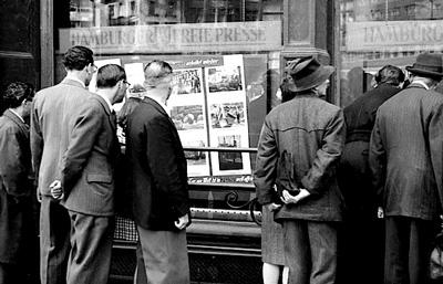 Werbeck-Fotos ausgestellt im Schaufenster der Hamburger Freien Presse (1948).
