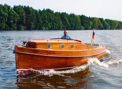 Bernd Huper steht am Ruder des ersten Hafenkuriers.