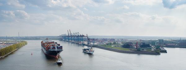 Im Vordergrund stehen Informationen über den Hafen, die Anbahnung neuer Kontakte und die aufmerksame Beobachtung der Wettbewerber. (1)