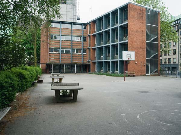 Der Pausenhof der alten Katharinenschule: Baudirektor Paul Seitz entwickelte drei standardisierte Montagetypen für Schulen, Kreuz, Pavillon und Wabe. Allein letzterer wurde fast 300 Mal gebaut.