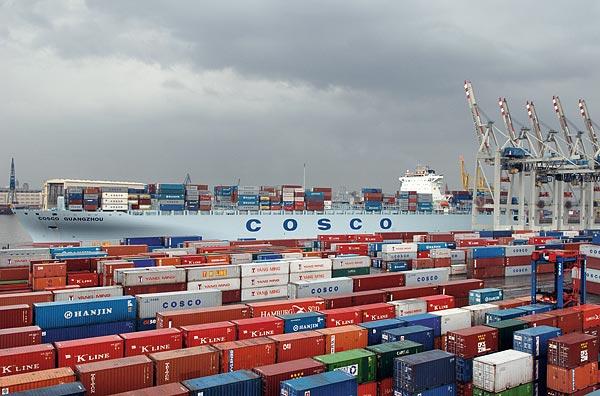 Die Guangzhou, seinerzeit größtes Containerschiff von COSCO, am Container Terminal Tollerort