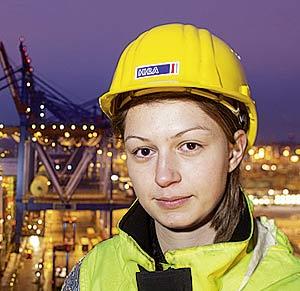 """Franziska Müller Containerbrückenfahrerin auf dem Terminal Burchardkai: """"Eine Brücke hat einen ordentlichen toten Winkel. Aber dabei darf man nie vergessen, dass unten Menschen stehen und dass man enorme Werte am Haken hat."""""""