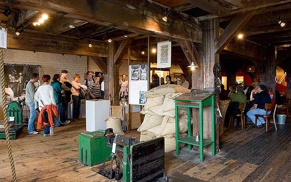 Im Speicherstadtmuseum können Besucher die Arbeitswelten und die Geschichte der alten Lagerhäuser erleben. Deshalb kann es auch nur an einem Originalschauplatz sein.