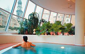 Vom Schwimmbad bietet sich eine einzigartige Aussicht auf den Michel. Foto: Foto: MeridianSpa GmbH