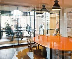 Mit Hilfe gläserner Wände wird nicht nur Transparenz geschaffen, sondern auch die Belichtung der Speicher ermöglicht.