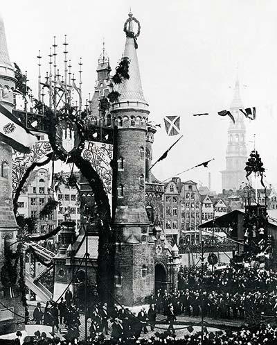 Ein historisierendes Stadttor als märchenhafte Kulisse: Vor der Brooksbrücke weihte Kaiser Wilhelm II. am 29. Oktober 1888 die Speicherstadt ein. (2)